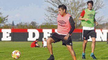 En acción. Sarmiento participó de la práctica de fútbol reducido. Atrás, aparece Formica, que está listo para volver a ser titular.