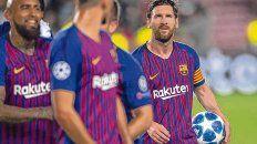 Apareció en su mejor nivel. Con la victoria consumada, Leo Messi se dirige a los vestuarios con la redonda bajo el brazo.