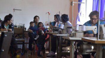en acción. Las chicas, ayer, en el taller de costura que montaron en Medrano al 2700.