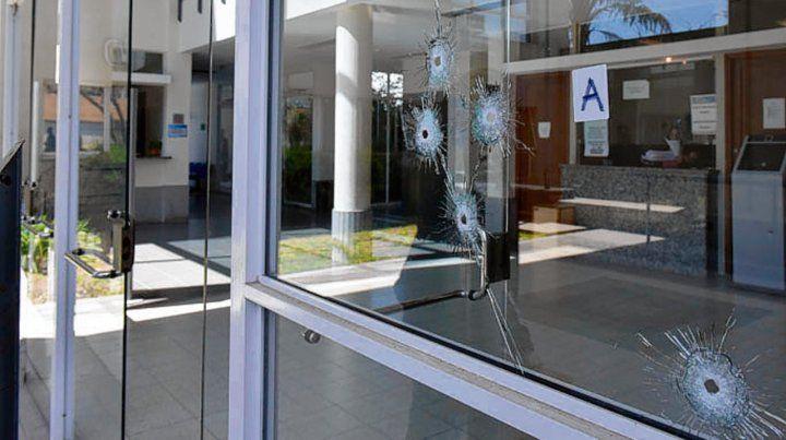 San Carlos 846. Las balas perforaron el frente vidriado del edificio judicial.