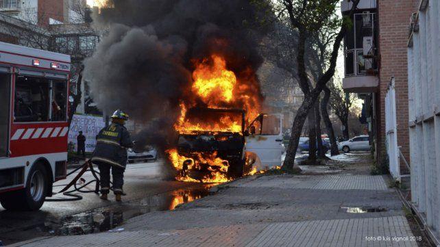 Un desperfecto eléctrico desató el incendio de una Traffic