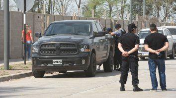 La policía trabaja junto a la camioneta de Lamboy. Fue ayer a la mañana.