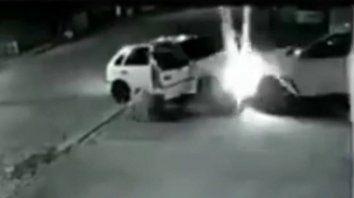 Consigue evitar una entradera chocando el auto de los asaltantes