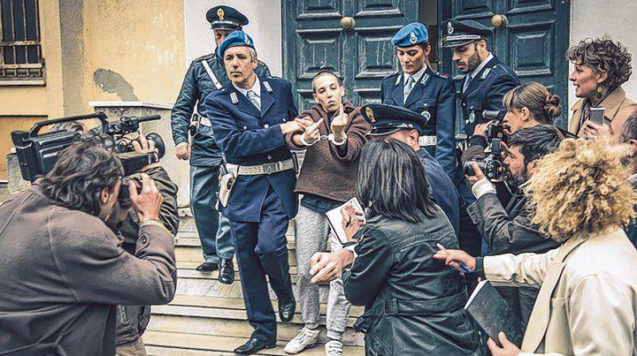 Imagen icónica. El momento en que Soledad Rosas fue detenida en Italia es muy similar al del caso real.