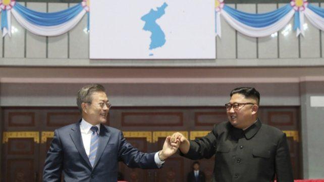 Cita histórica. Los líderes coreanos durante el segundo día de encuentro mantenido ayer en Pyongyang.