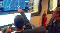 Las pantallas muestran el rumbo y la información que mandan los ROV, vehículos sumergibles.