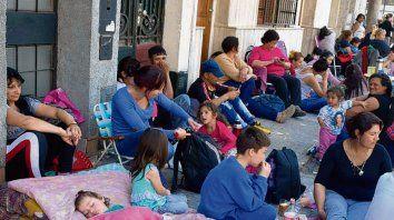 Acampe. Familias protestan hace semanas en la Gerencia de Empleo.