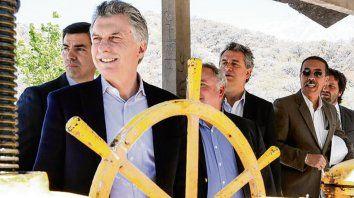 Al timón. Macri, junto a Urtubey, inauguró obras de riego en el norte.