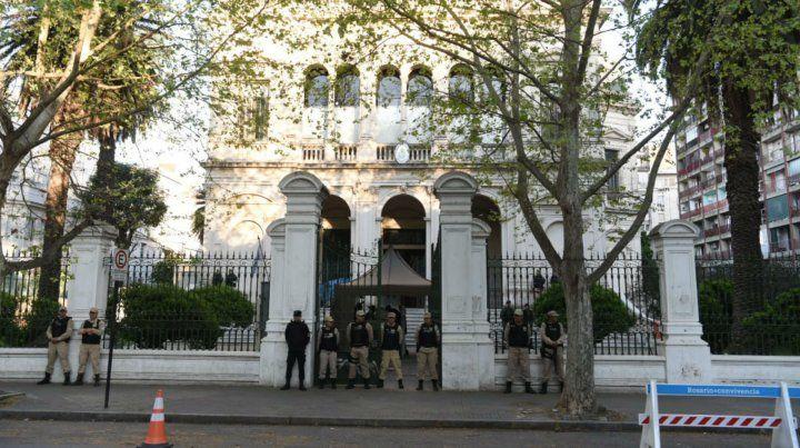 Efectivos de Prefectura esta mañana en la custodia del edificio donde se realiza el juicio.