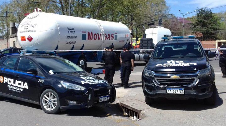 Una mujer policía falleció al ser arrollada por un camión cisterna en Dean Funes y Provincias Unidas.