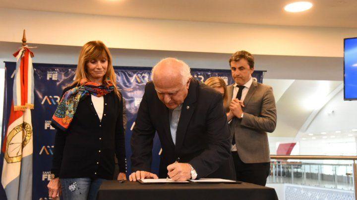 El gobernador firmó el contrato para la construcción de la nueva terminal internacional en el aeropuerto.