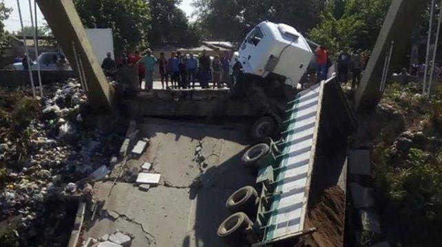 Colapsó un puente en Tucumán justo cuando lo cruzaba un camión