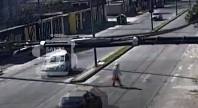 Un video muestra cómo un taxista atropella a un peatón y se da a la fuga