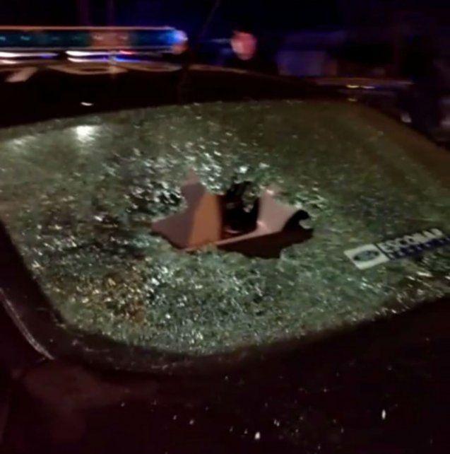 Una mujer arrojó un piedrazo contra un patrullero y desató un escándalo