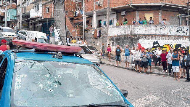 Zona violenta. El parabrisas agujereado de un patrullero tras un tiroteo con bandas del crimen organizado.