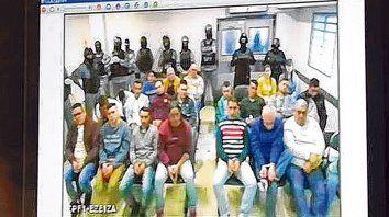 Los principales acusados están en la cárcel de Ezeiza y siguen el juicio esposados y en videoconferencia.