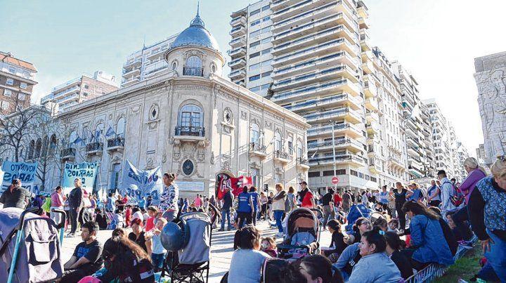 Mucha concurrencia en la calle. Militantes y dirigentes sociales estuvieron presentes frente a la explanada del Palacio Vasallo.