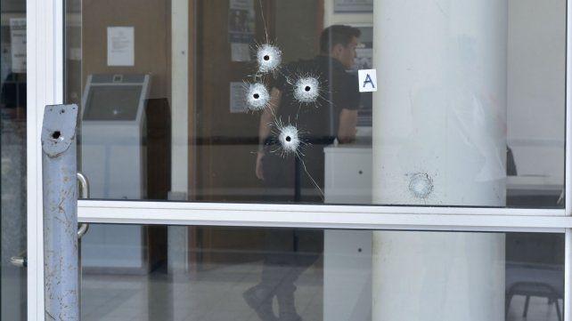 Los impactos de balas en el frente del edificio judicial