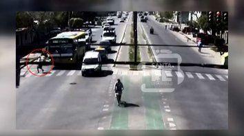Cruzaba apurado por el semáforo y lo atropelló una moto