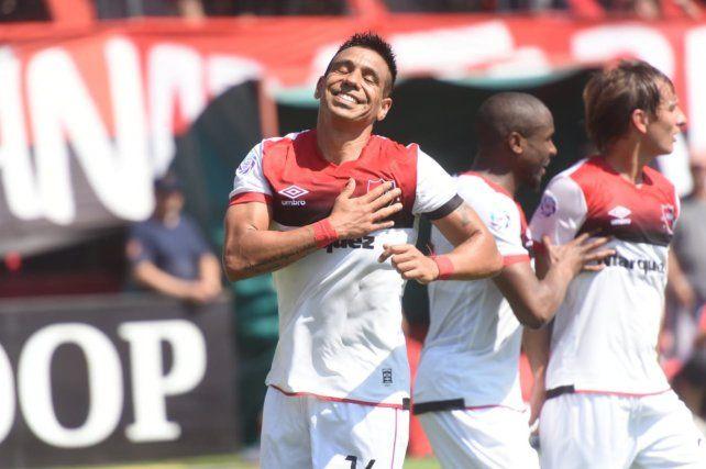 Figueroa acaba de marcar el tanto de penal y se lo dedica a la tribuna rojinegra.