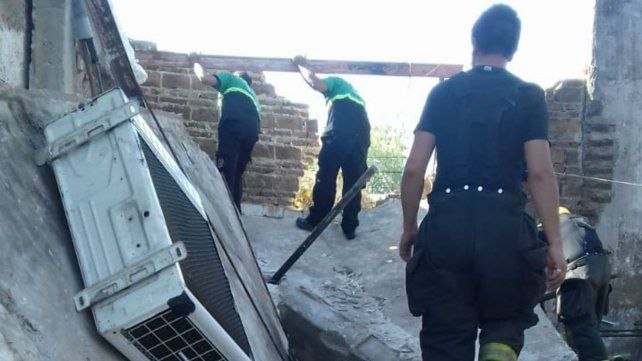Personal de Central de Operaciones y de Defensa Civil en el lugar de la explosión.