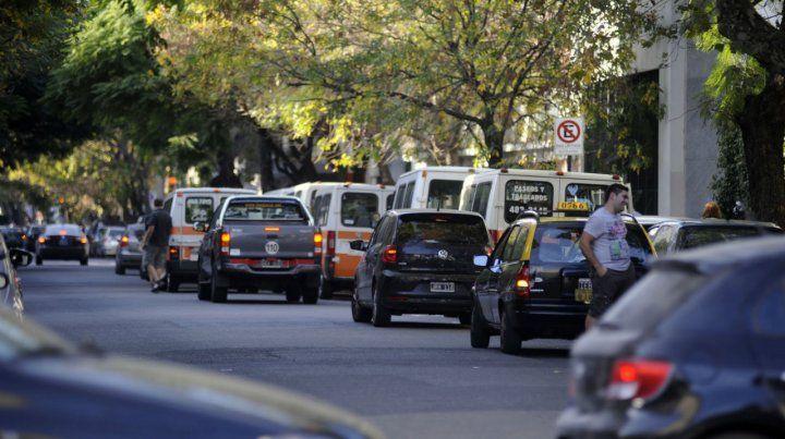 Descontrol. La entrada y salida de las escuelas suele ser un caos de tránsito.