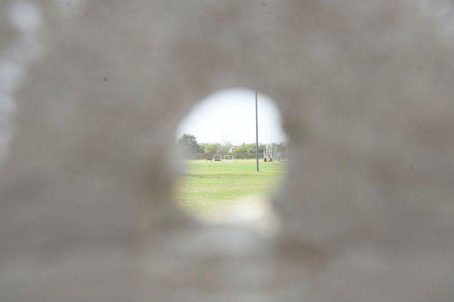 Agujero. Algunas de las 20 balas atravesaron el paredón de una escuela..