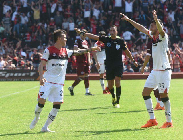 La segunda estocada. El Rayo Fértoli festeja su conquista con Callegari.