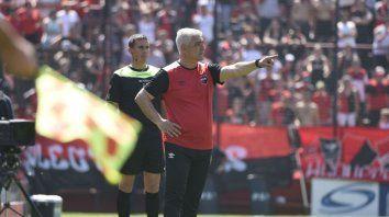 Ordena. El entrenador le da indicaciones a uno de sus futbolistas sobre el lugar donde tiene que ubicarse.