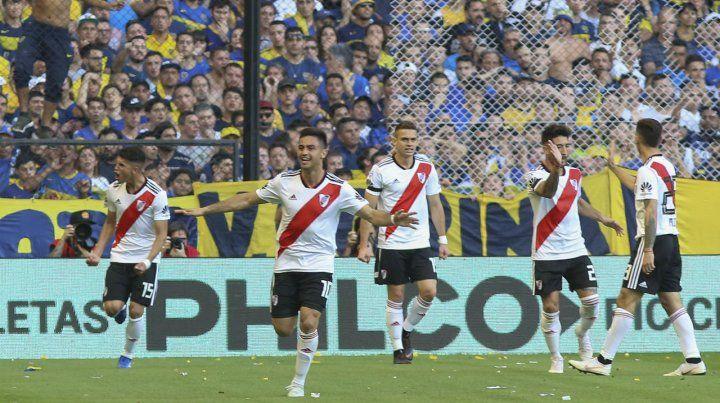 Pity festeja el golazo de volea con el que abrió el marcador en el superclásico ante Boca.