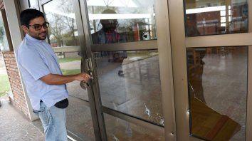 Perforaciones. Los vidrios de las puertas de la parroquia quedaron como un colador tras el ataque..