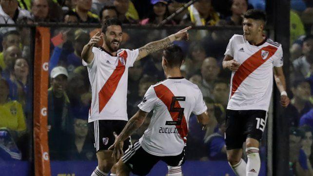 Entró y lo definió. Nacho Scocco festeja el golazo. Zuculini y Palacios se acercan para abrazarlo.