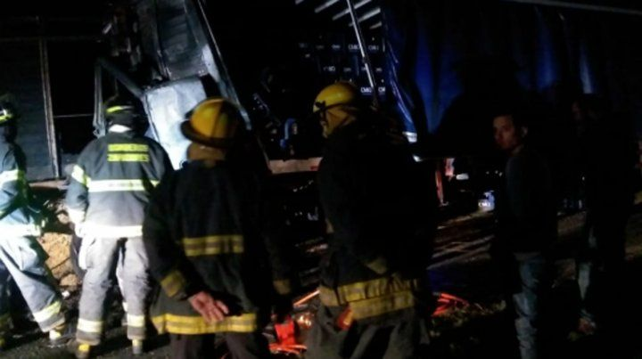 El conductor de un camión Fiat Iveco murió atrapado dentro del vehículo que se incendió a la madrugada en la autopista a Santa Fe
