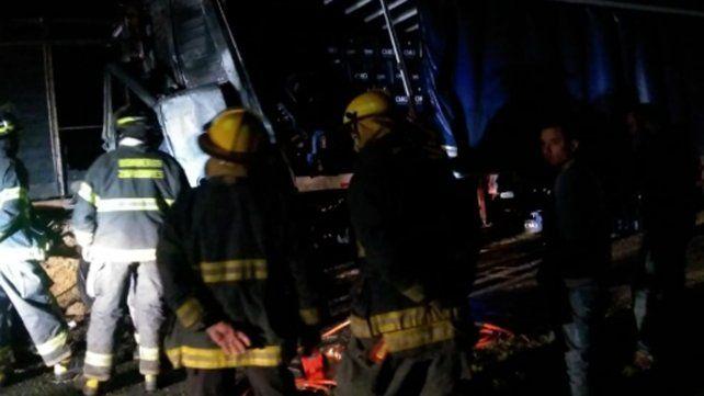 El conductor de un camión Fiat Iveco murió atrapado dentro del vehículo que se incendió a la madrugada en la autopista a Santa Fe, en el kilómetro 14 a la altura de San Lorenzo.
