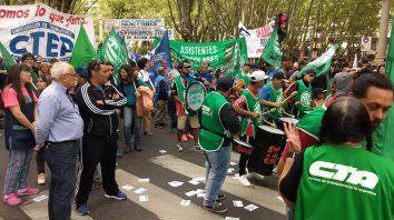 Desde las 10, trabajadores agrupados en la CTA se reúnen en la plaza 25 de Mayo para desde el mediodía marchar hacia plaza San Martín. (Foto Twitter@ATERosario)