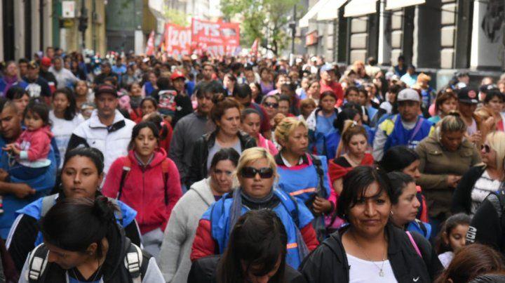 Masiva marcha por las calles céntricas en contra el ajuste del gobierno nacional