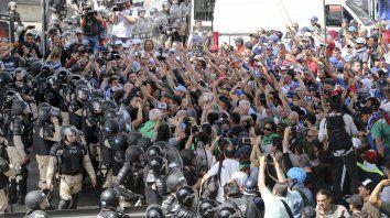 Fuertes cruces entre manifestantes y Prefectura en el Puente Pueyrredón