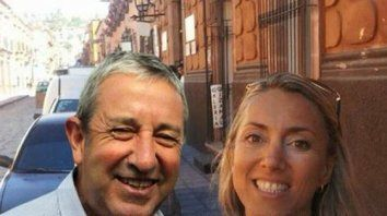 Julio Cobos junto a su actual pareja y también asesora.