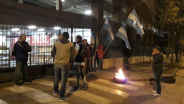 Delegados de Empleados de Comecios esta mañana frente al Portal Rosario