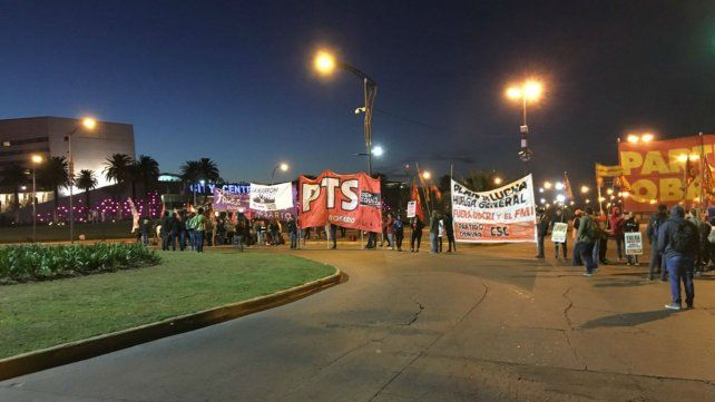 El Frente de Izquierda y el Partido de los Trabajadores cortan el tránsito en la salida hacia Buenos Aires.
