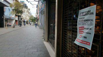La peatonal Córdoba con comercios cerrados en esta mañana de martes.