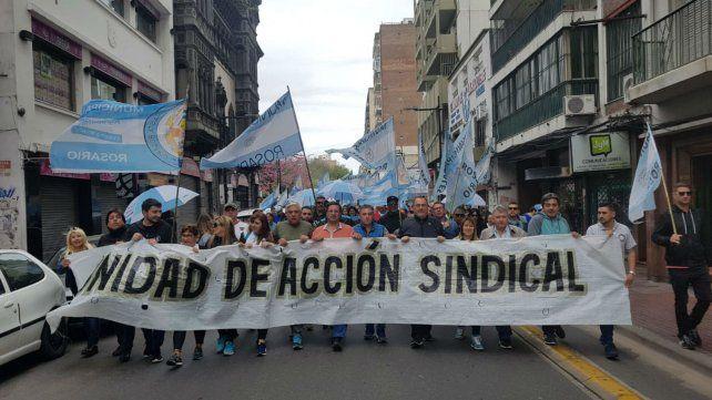 Una de las columnas de manifestantes avanza por calle Corrientes.