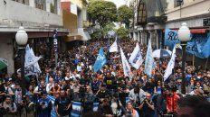 Los manifestantes coparon varias cuadras de la peatonal San Martín, frente al palco levantado en Córdoba.