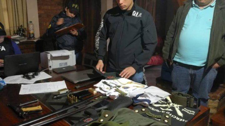 Adentro. Los paramilitares tenían un arsenal y se llamaban Compañía de Reserva Teniente Coronel Seineldín.