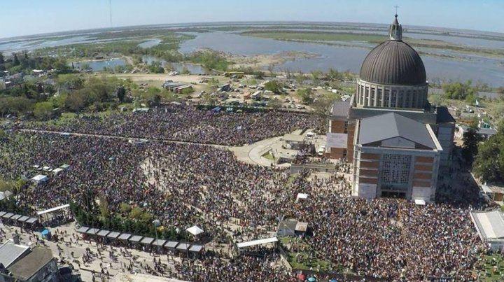 Fe popular. Una marea humana llegó ayer hasta el Santuario de la Virgen del Rosario de San Nicolás.