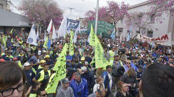 Columna compacta. Los manifestantes ocuparon más de una cuadra en avenida San Martín.