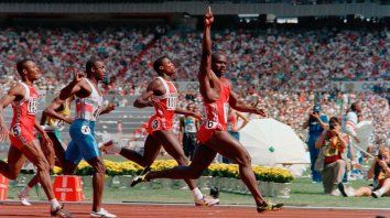 Primero. Ben Jhonson, con brazo en alto, cruza la meta 13 segundos antes que Carl Lewis en los Juegos de Seúl de 1988.