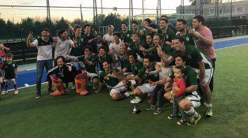 Un título en casa. El conjunto verdiblanco festeja la obtención del torneo que se disputó en las canchas de Jockey y GER.