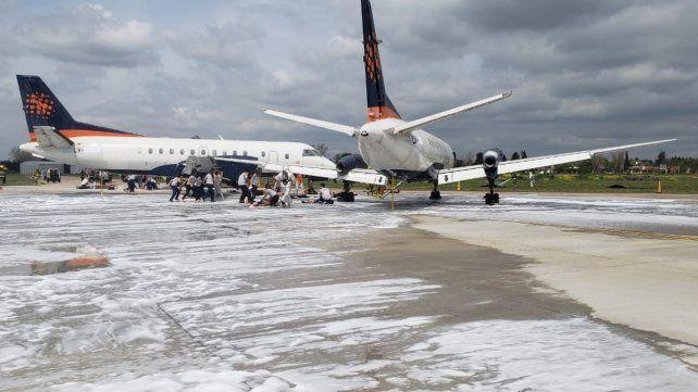 En acción. El operativo simuló la colisión de un avión que había aterrizado e impactó contra otro que esperaba su turno para despegar.