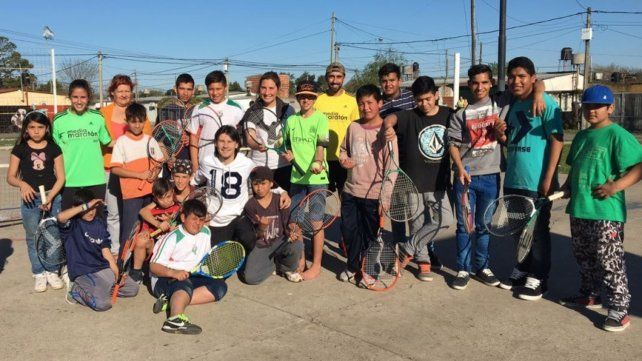 Equipazo. Los jugadores y jugadoras de Tío Rolo posan con sus raquetas junto a Guillermo Mago Coria y la creadora del programa